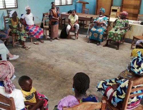 28 donne al lavoro per la salute dei bambini nei villaggi vicino a Sokponta in Benin